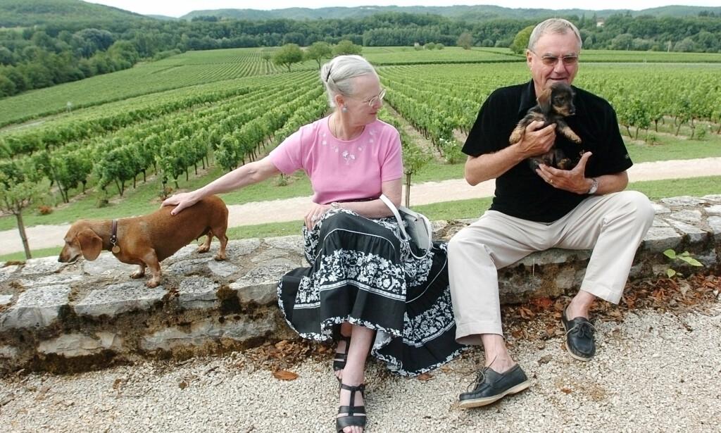 GLAD I HUNDER: Dronning Margrethe og prins Henrik sammen med to av familiens hunder i 2004. Foto: AP