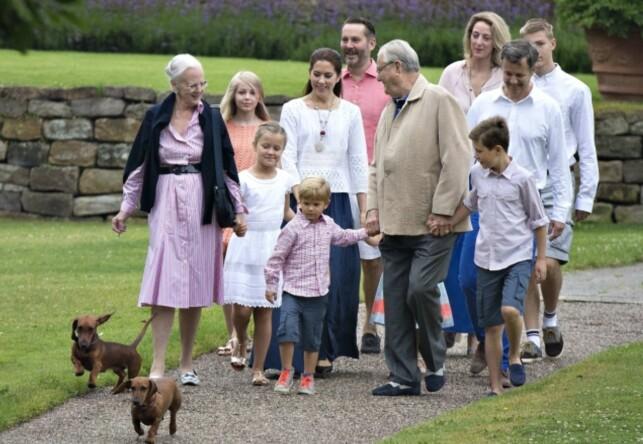 FAMILIE: Dronning Margrethe og prins Henrik sammen med store deler av kongefamilien. Prins Frederik går bak sin far. Foto: AFP