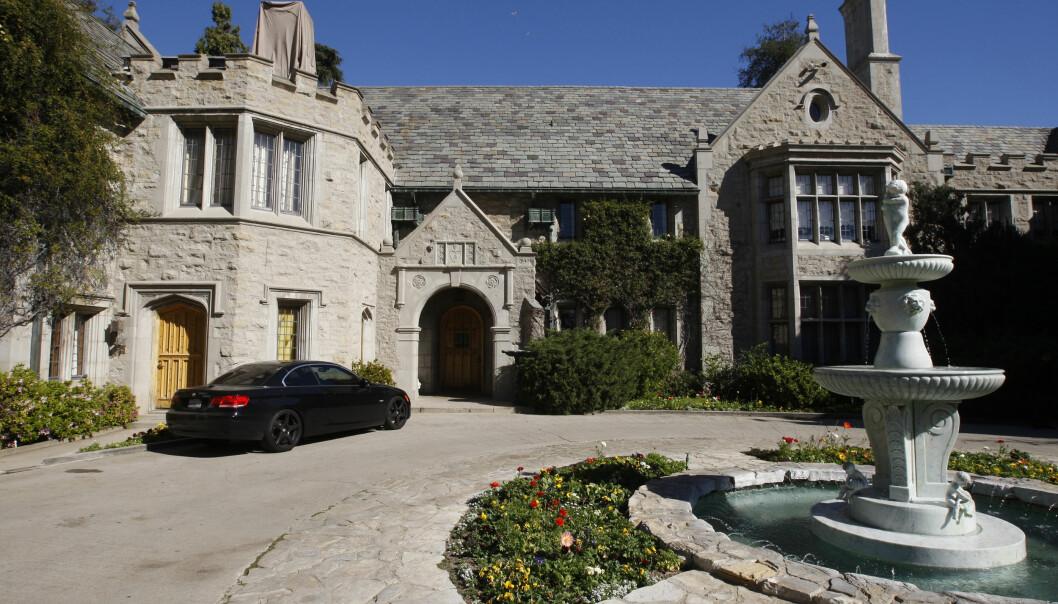 SAGNOMSUST HERREGÅRD: Playboy Mansion ble ferdigstilt i 1927, og overtatt av Playboy i 1971. I seinere år er bygget pusset opp for flere millioner dollar. Foto: NTB Scanpix