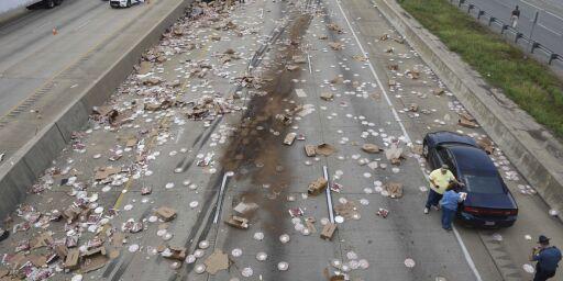 image: Veien ble dekket av pizza etter traileren ble flerret opp
