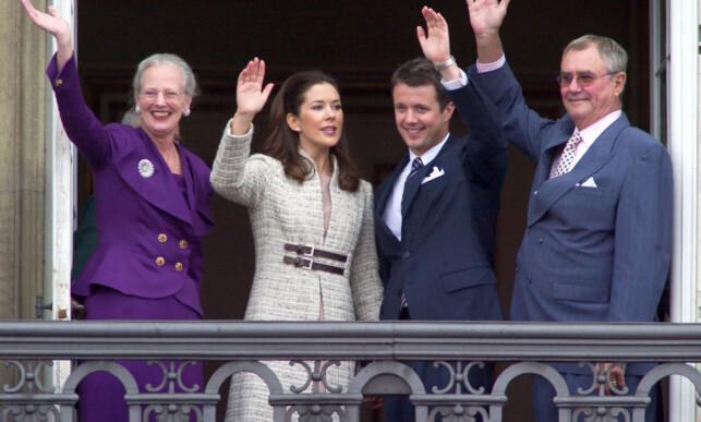 LYKKELIGERE TIDER: Kronprins Frederik sammen med sin kone Mary og foreldrene, før den siste tids kontroverser. Foto: NTB Scanpix