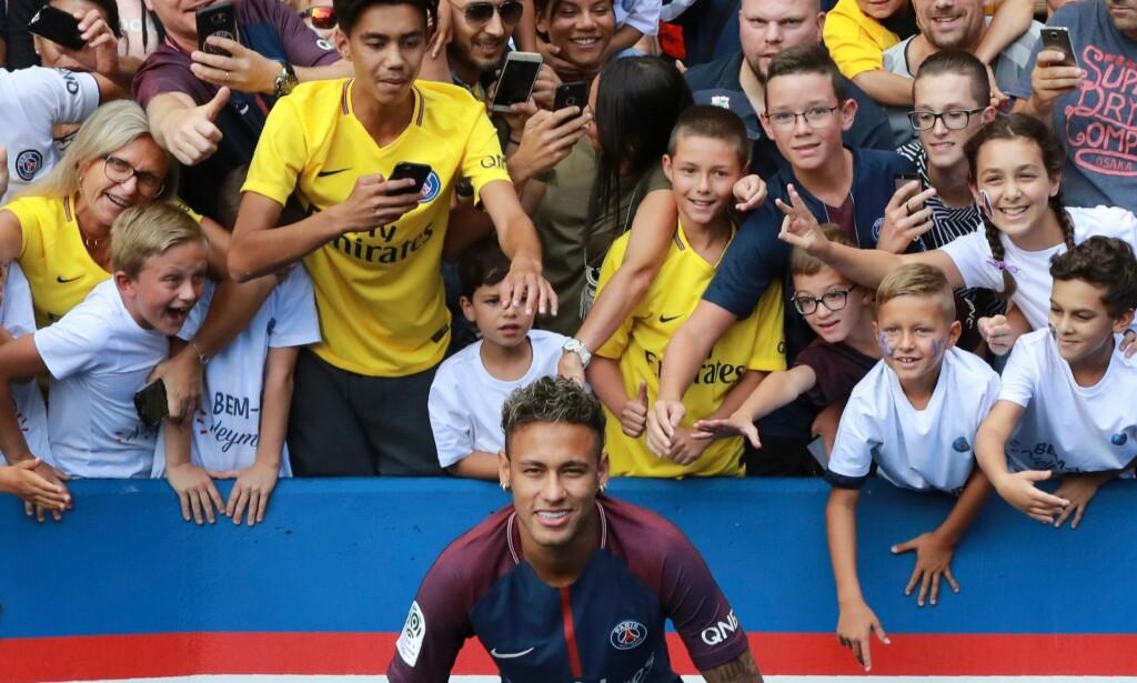 STJERNESTATUS: Neymar er den aller største stjerna i PSG. Foto: AFP PHOTO / JACQUES DEMARTHON / NTB Scanpix