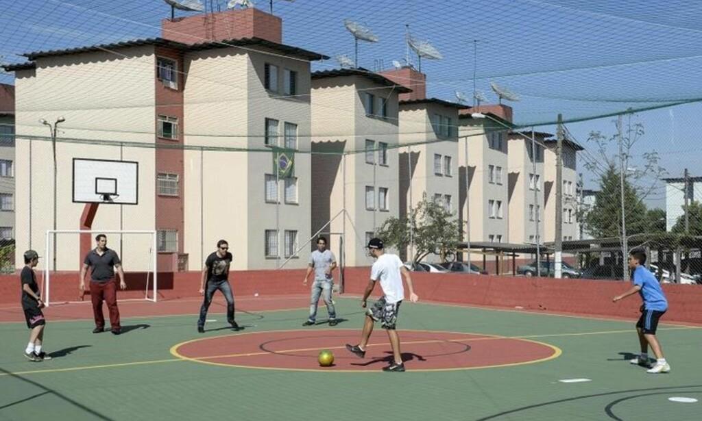 TRANGE KÅR: Ungdommer spiller fotball like ved huset i Mogi das Cruzes hvor Neymar vokste opp. Foto: FourFourTwo