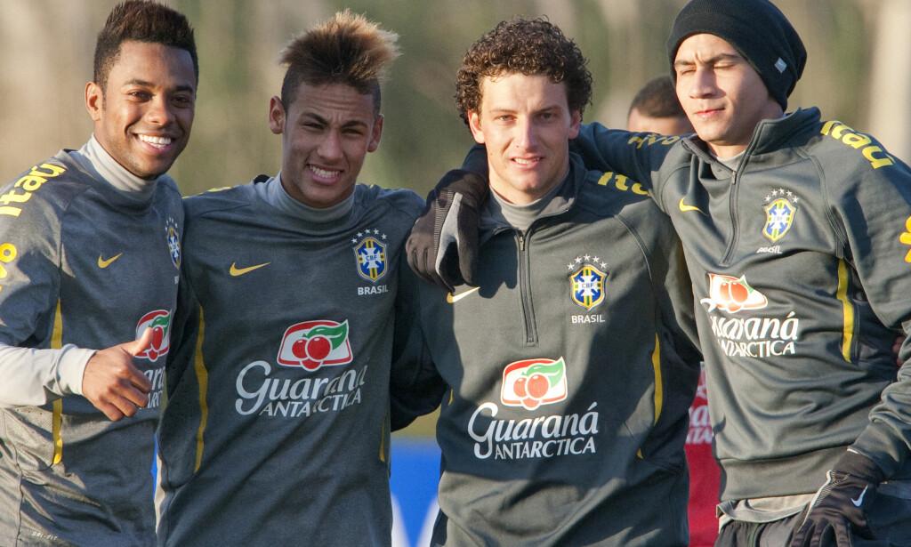 GODE VENNER: Fra venstre: Robinho, Neymar, Elano og Ganso. Foto: AFP PHOTO/ANTONIO SCORZA/NTB Scanpix