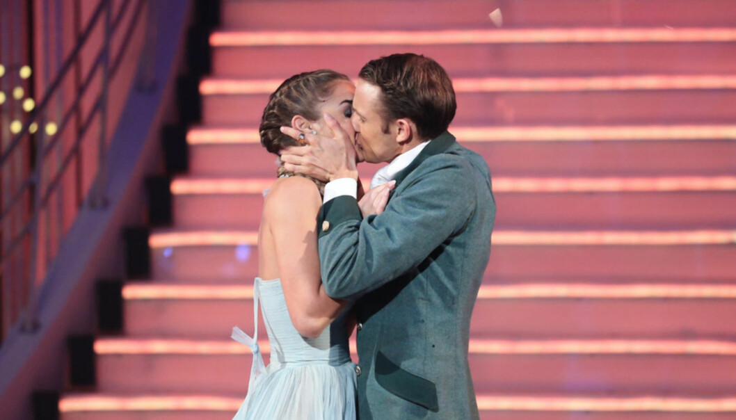 <strong>DANSEKYSS:</strong> Etter at Adelén klinte til med dansepartneren Benjamin spredte romanseryktene seg fort. Foto: TV 2
