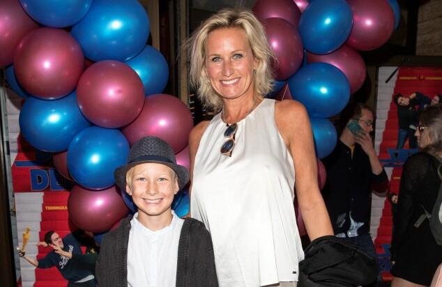 <strong>KLAR FOR HELAFTEN:</strong> Skuespiller Lene Elise Bergum tok med seg sønnen sin på premieren, og de begge gledet seg stort til å se den nye filmen. Foto: Andread Fadum