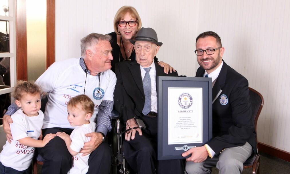 <strong>SAMMEN MED FAMILIEN:</strong> Yisrael Kristal (i midten) ble nesten 114 år. På dette mottok han et verdensrekordsbevis fra Guinness Rekordbok. Foto: AFP PHOTO / AFP PHOTO AND Guinness World Records / Dvir Rosen / NTB Scanpix
