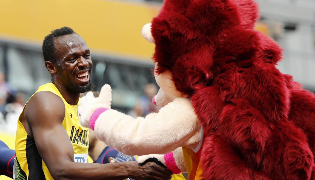 <strong>FORNØYD:</strong> Usain Bolt tar maskotten fornøyd i hånda. Foto: NTB Scanpix
