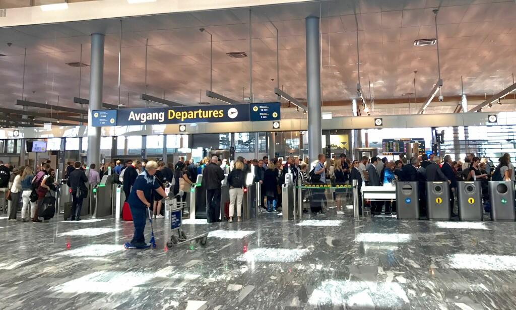 I KØ FOR FLYREISER: Ungdom som kjøper ungdomsbilletter blir sjelden kontrollert ved flyplassene. Men blir man tatt for å lyve på alderen kan prisen bli veldig høy. Foto: Odd Roar Lange/The Travel Inspector