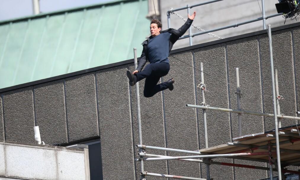 SKADET SEG: Her er Tom Cruise på vei fra en bygning til en annen, men det går ikke helt som det skal. Foto: NTB scanpix