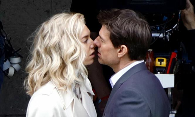 KJÆRLIGHETEN BLOMSTRET: Vanessa Kirby og Tom Cruise har virkelig funnet tonen - også når kameraene er pakket ned for kvelden. Foto: NTB scanpix