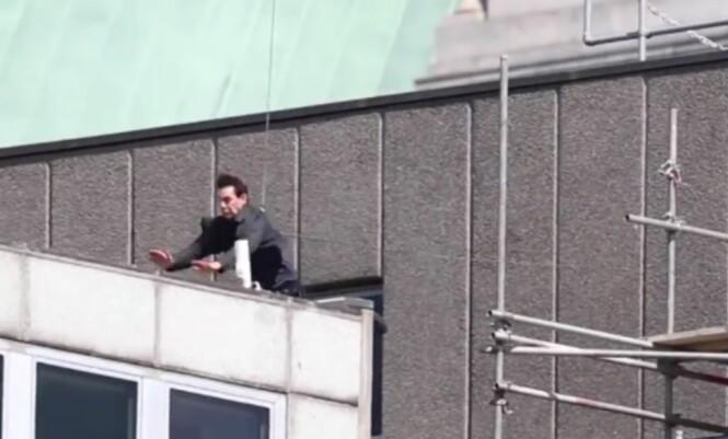 HER GÅR DET GALT: Her kan man se at Tom Cruise rett før han deiser inn i bygningen. Foto: Skjermdump