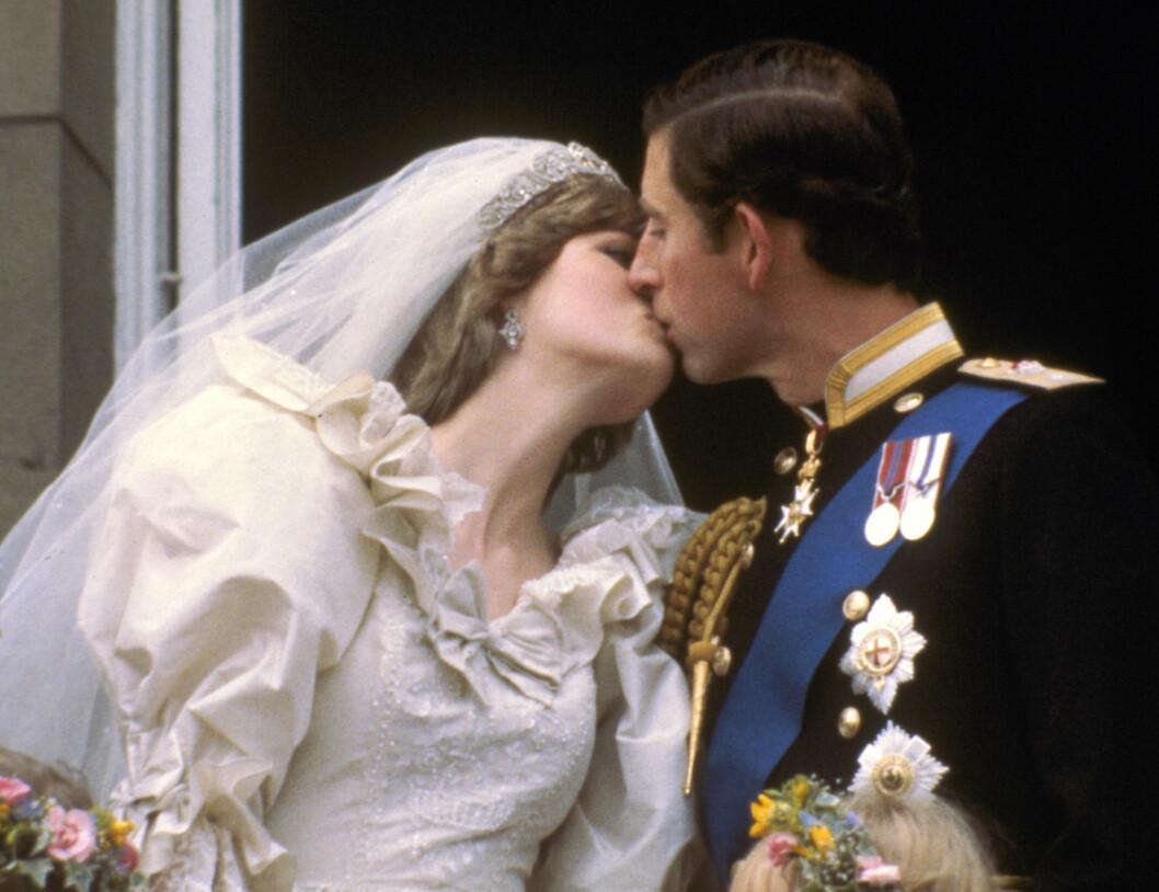 BRYLLUPET: Den 29. juli 1981 sto bryllupet mellom prins Charles og Lady Diana Spencer. Da var hun 20 år gammel. Prins Charles var 32. Her deler de sitt første kyss som mann og kone med folket på balkongen på Buckingham Palace. Foto: NTB Scanpix