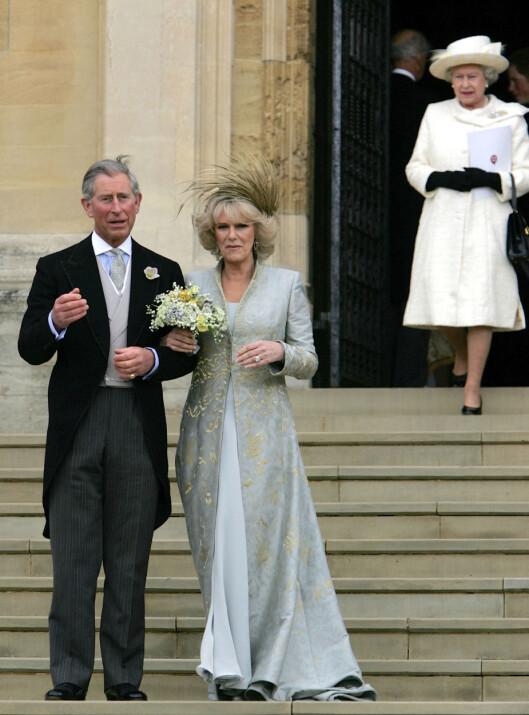 ENDELIG GIFT: Flere tiår etter at de først falt for hverandre fikk endelig prins Charles og Camilla lov til å gifte seg. Dette bildet er tatt etter en tradisjonell velsignelse av brudeparet i St George's Chapel i Windsor den 9. april 2005. I bakgrunnen ser vi dronning Elizabeth. Hun deltok ikke under selve vielsen. Foto: NTB Scanpix