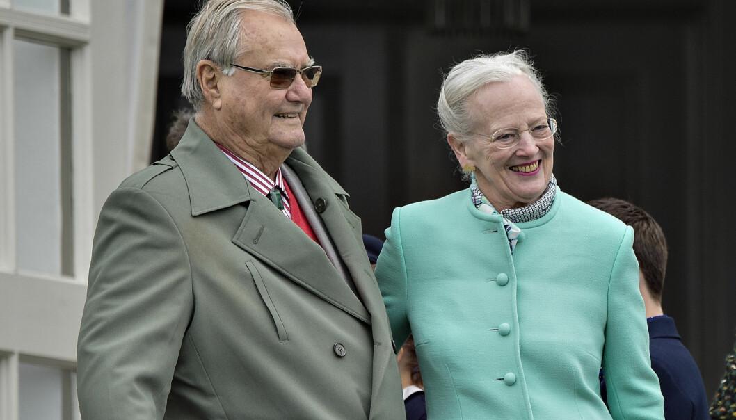 I GODT HUMØR: Prins Henrik og dronning Margrethe har vært mye omtalt i danske medier den siste måneden. Søndag dukket dem begge opp for å feire bursdagen til barnebarnet prins Nikolai. Her avbildet ved en annen anledning. Foto: NTB scanpix