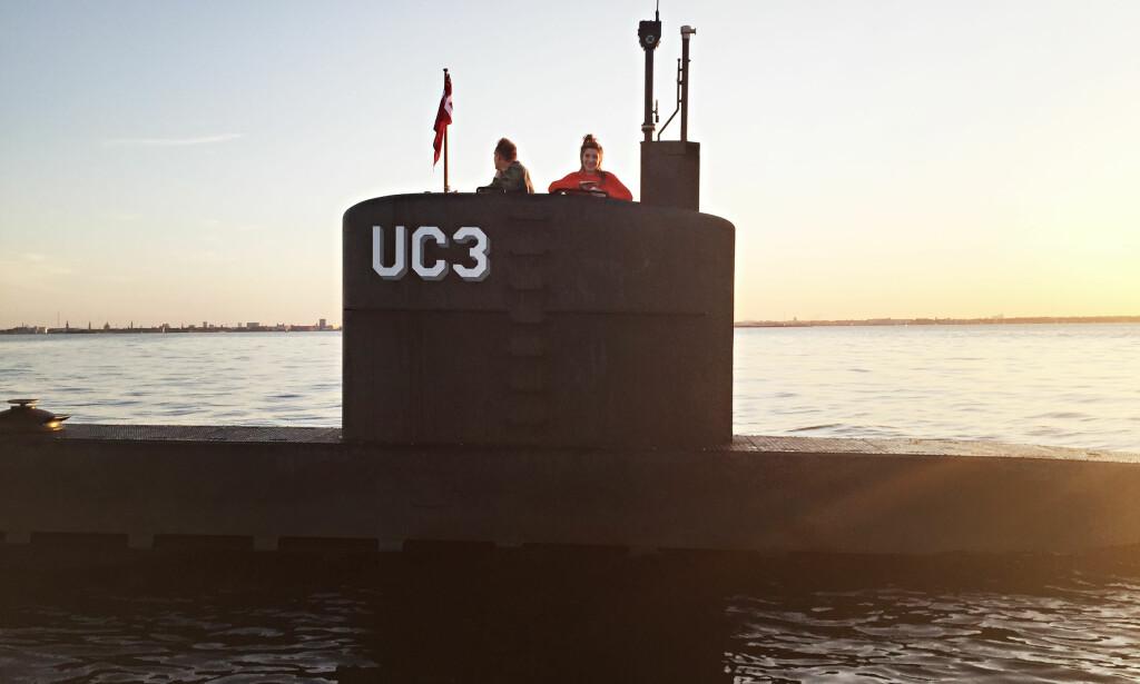 DØD: Dette er et av de siste bildene av den svenske journalisten Kim Wall (30), tatt på kvelden torsdag 10. august i tårnet på ubåten «Nautilus». Hun smiler, mens den drapssiktede oppfinneren Peter Madsen står ved hennes side. Deler av Walls kropp er ennå ikke blitt funnet. Foto: Ritzau