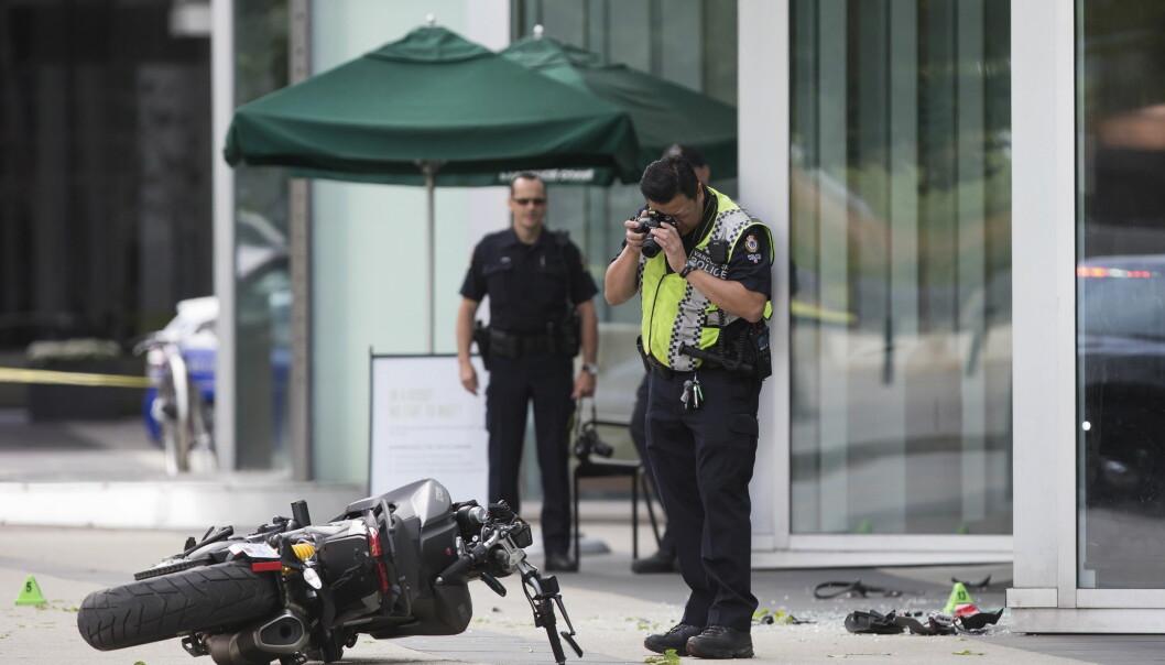 ULYKKE: En kvinne døde under innspillingen av en superheltfilm i Vancouver mandag morgen, lokal tid. Hun skal ha mistet kontroll over motorsykkelen, krasjet i fortauskanten og ha blitt slengt gjennom et vindu. Foto: AP, NTB scanpix