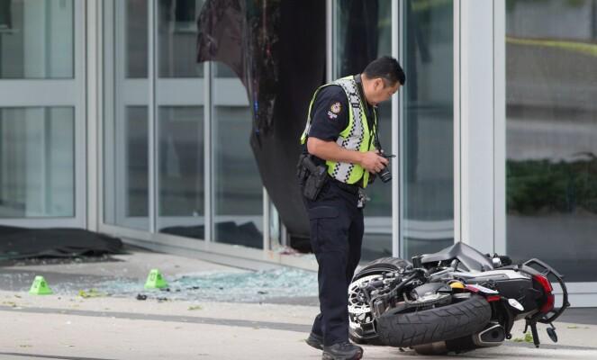 GJENNOM VINDU: Stuntkvinnen skal ha blitt kastet gjennom dette knuste vinduet, og ha dødd av skadene kort tid etter. Foto: NTB scanpix