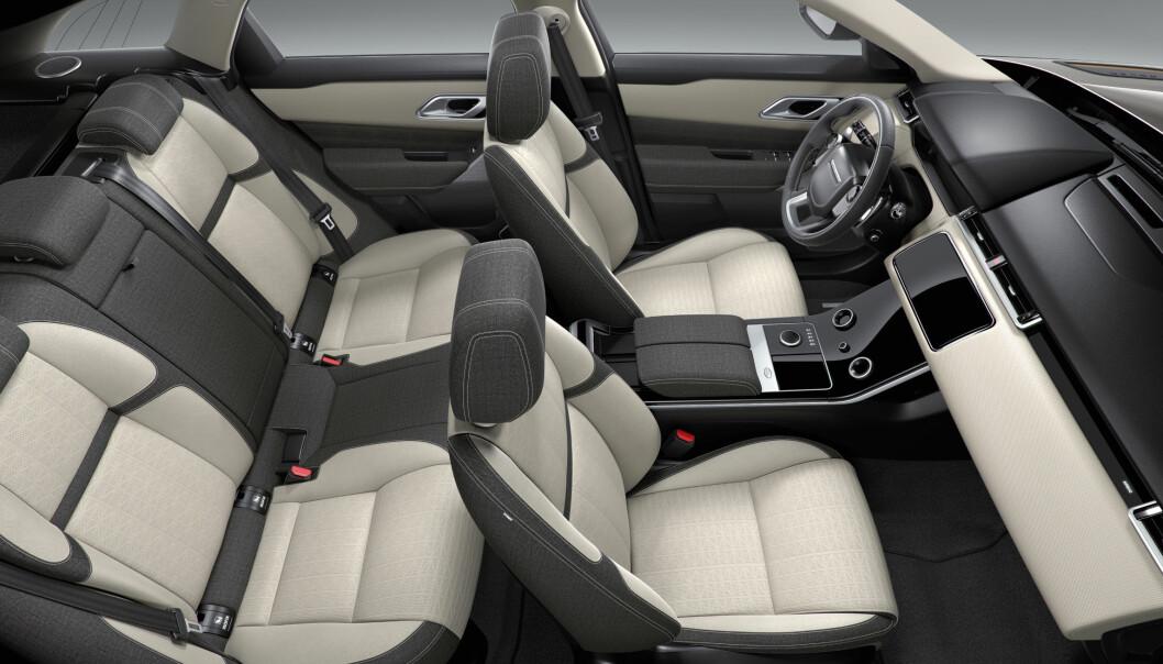 """<strong>STOFF OG KUNSTSKINN:</strong> Både stoff og høyttalergitter får et spesielt mønster i stoff-versjonen. Den horisontale """"planken"""" får et vaffelmønstret trekk i kunstskinn. Foto: Land Rover"""
