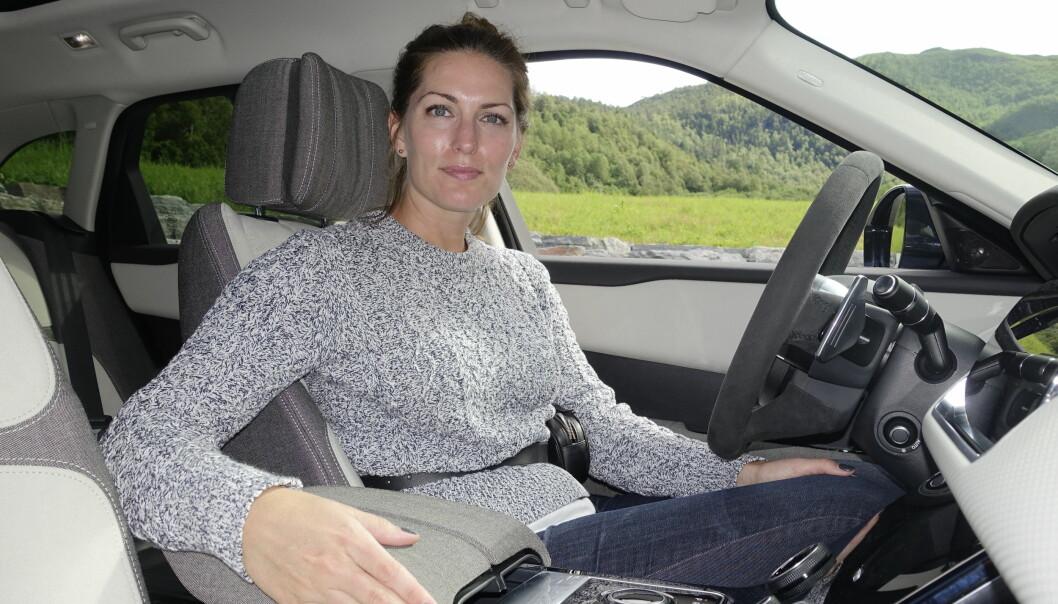 <strong>VIL DU SKAL VELGE STOFF:</strong> Amy Frascella introduserer stoff som et like dyrt material som skinn i Range Rover Velar.