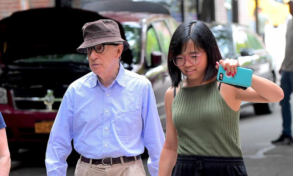 UTE MED DATTEREN: Woody Allen er sjelden blitt avbildet med adoptivdatteren Bechet (t.h.), som han har med kona Soon-Yi. Denne uken viste de seg endelig sammen i New York. Foto: Splash News/ NTB scanpix