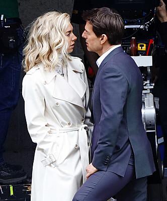 HETT PÅ SETT: Vanessa Kirby og Tom Cruise har virkelig funnet tonen - også når kameraene pakkes ned for kvelden. Foto: NTB scanpix