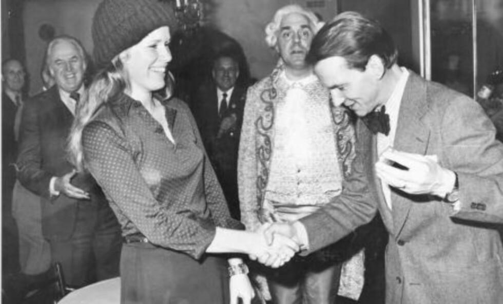 JULEBORD: Kjell Syversen hilser på Liv Ullmann, som ankommer Kjendistoppens julebord 1974. I bakgrunnen fotograf Åsgeir Valdal som herold og til venstre Arne Hestenes. Bildet er litt uskarpt, det var tross alt julebord. Uansett: Mye var morsommere før.