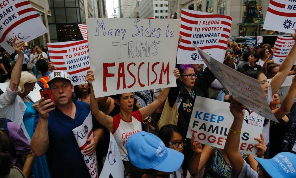 SINNE: Sinte demonstranter uten for Donald Trumps skyskraper i New York. Foto: AFP PHOTO