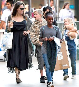 HAR OMSORGEN: Angelina har foreløpig omsorgen for barna, men dette skal være et viktig tema i skilsmisseoppgjøret. Her er hun på shopping med Shiloh, Zahara og Vivienne. Foto: NTB Scanpix. <p><br></p>