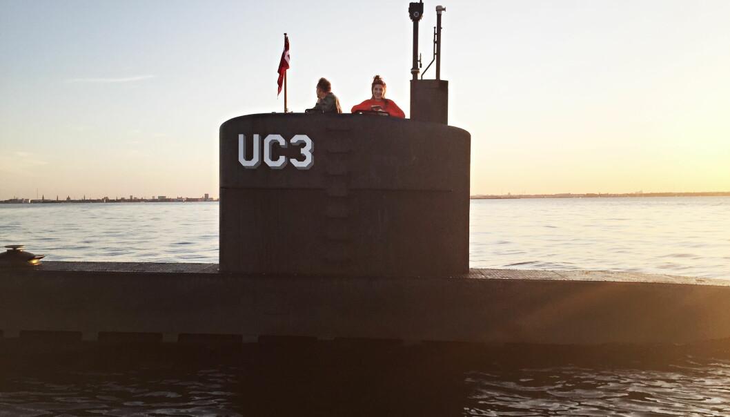 <strong>SMILTE:</strong> Dette bildet, tatt på kvelden torsdag 10. august i år, er at av de siste av journalisten Kim Wall (30). Hun smiler i tårnet på Peter Madsens (46) hjemmelagde ubåt «Nautilus». Hva som skjedde om bord på båten og hvordan hun døde er fortsatt ikke kjent. Foto: Ritzau