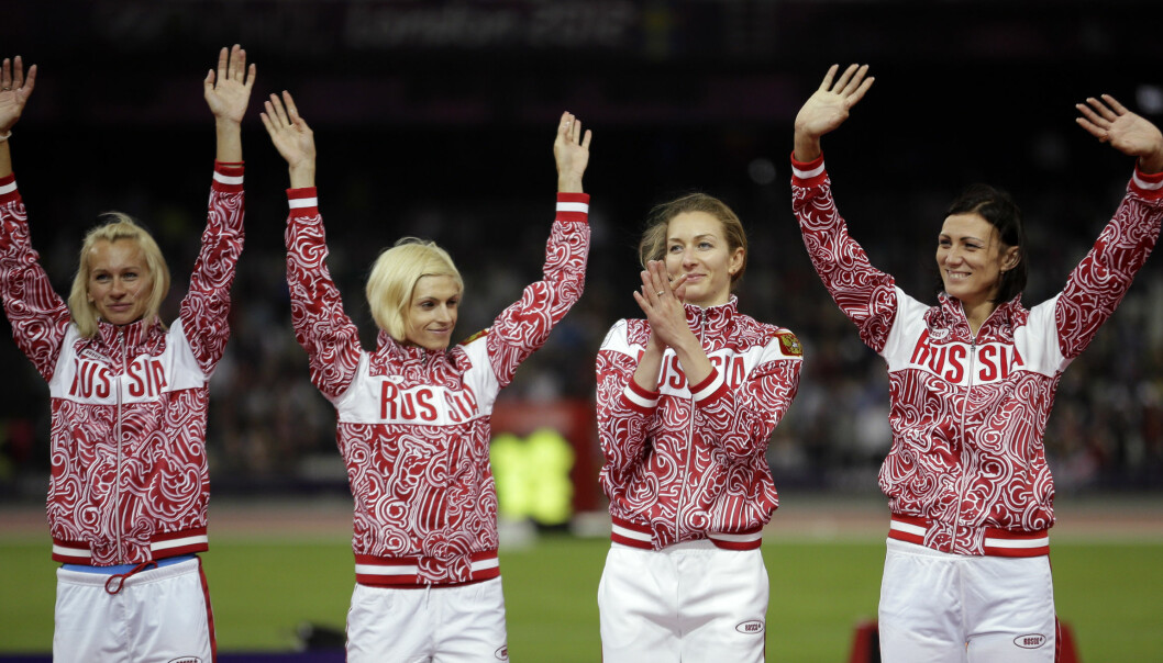LURT AV GAMLE MENN: Unge russiske utøvere feirer OL-sølvet på 4x400 meter. Det var falskt. Som regel tjener gamle idrettsledere mer enn unge utøvere på dette jukset. FOTO: AP Photo/Matt Slocum