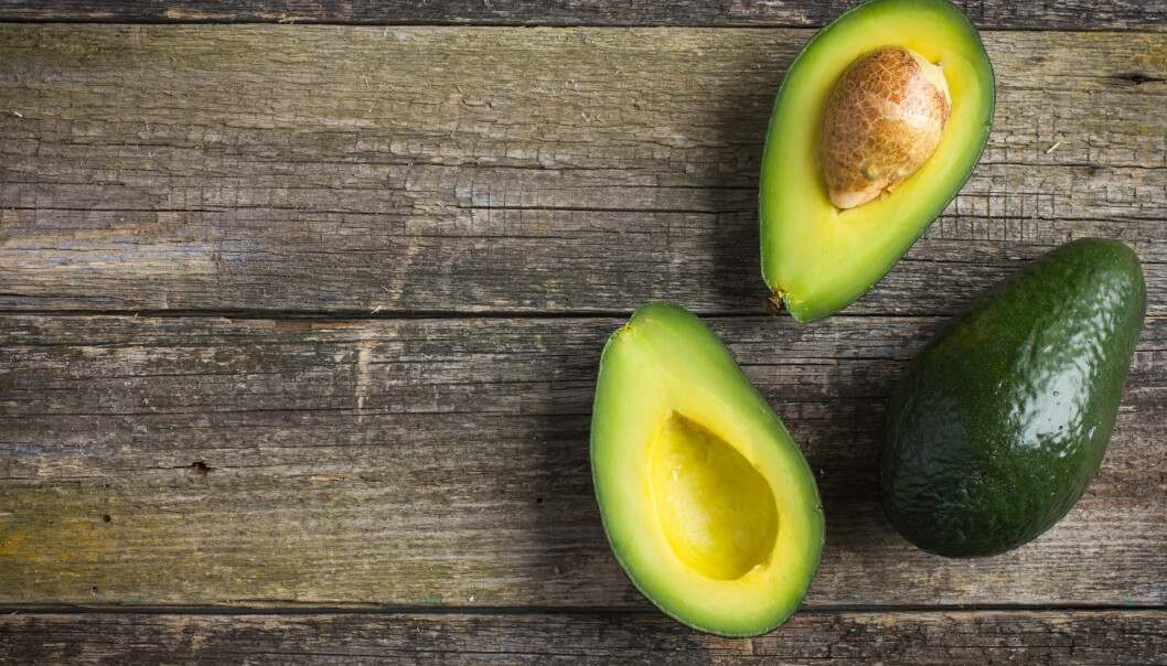 UMODEN AVOKADO: Legg epler og avokado på et fat sammen, så modnes avokadoen raskere. Foto: Shutterstock / Oleksandra Naumenko