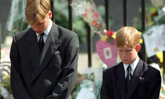 <strong>I BEGRAVELSEN:</strong> Prins William og prins Harry bøyer seg under morens begravelse i 1997. Foto: NTB scanpix