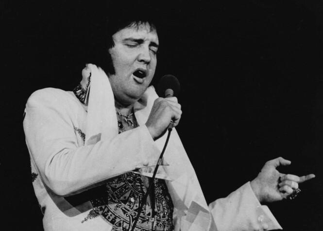 MOT SLUTTEN: Elvis Presley fotografert under en konsert i mai 1977 - tre måneder før han døde. Foto: NTB Scanpix