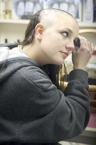 PÅ RANDEN: Skandaler har preget hele Britneys liv og karriere, og det hele toppet seg i 2007 da hun barberte av seg håret og gikk amok med paraply. FOTO: X17
