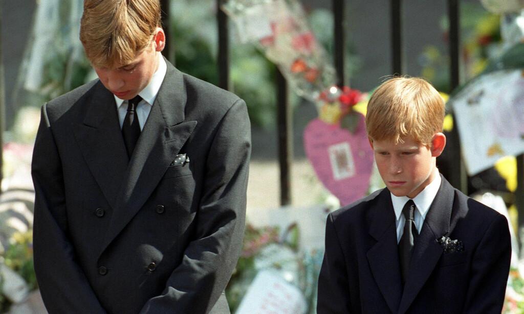 I BEGRAVELSEN: Prins William og prins Harry bøyer seg under morens begravelse i 1997. Foto: NTB scanpix
