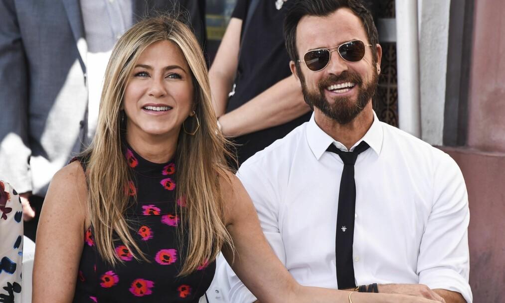 SOMMERFIN: Jennifer Aniston og Justin Theroux støttet vennen Jason Bateman da han nylih ble hyllet med en stjerne på Hollywood Walk of Fame. Jennifer var nydelig sommerkledd i en maxikjole med oransje og rosa blomster på. Foto: NTB scanpix