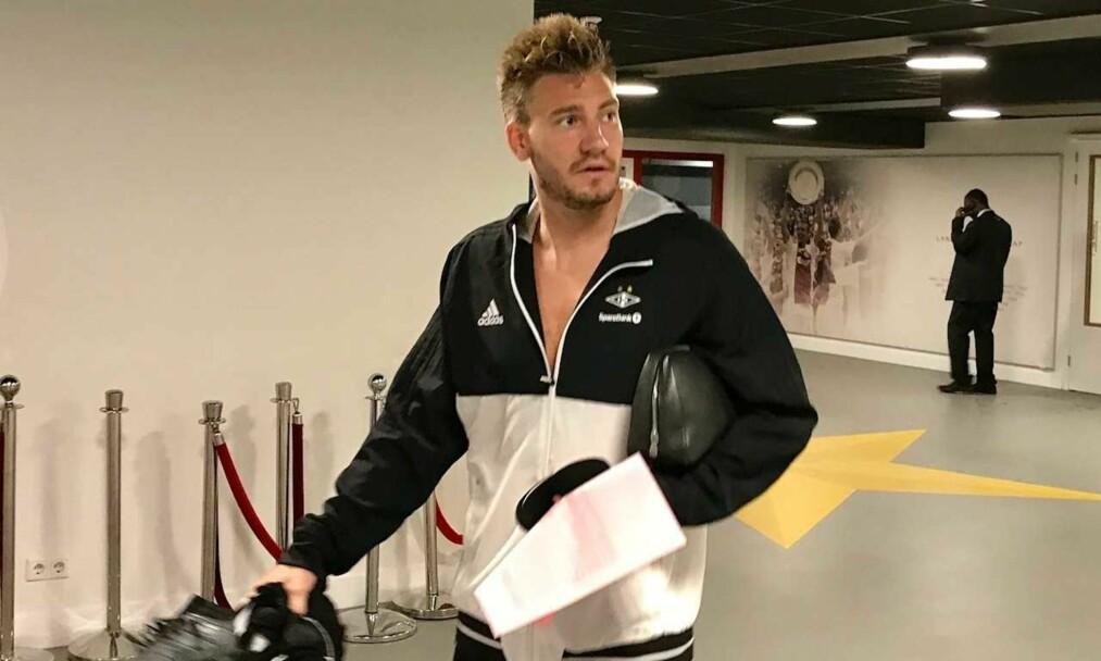 <strong>ENDELIG FERDIG:</strong> Her kommer Nicklas Bendtner ut fra dopingkontroll på Amsterdam Arena. Foto: Tore Ulrik Bratland
