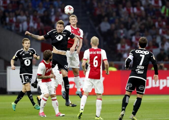 <strong>TØFFE TAK:</strong> Nicklas Bendtner var involvert i mange kriger og dueller med Ajax-forsvaret. Foto: NTB Scanpix