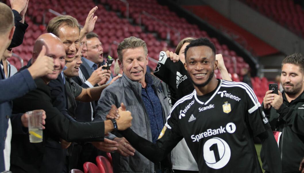 <strong>HELT:</strong> Samuel Adegbenro ble den store helten for Rosenborg. Her hilser han på fornøyde tilskuere. Foto: NTB scanpix
