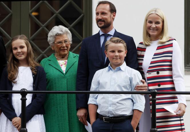 FAMILIEN: Kronprinsesse Mette-Marit, prins Sverre Magnus, prinsesse Ingrid Alexandra, prinsesse Astrid og kronprins Haakon på vei til dronning Sonjas KunstStall i forbindelse dronning Sonjas 80-årsdag. Foto: Lise Åserud / NTB scanpix