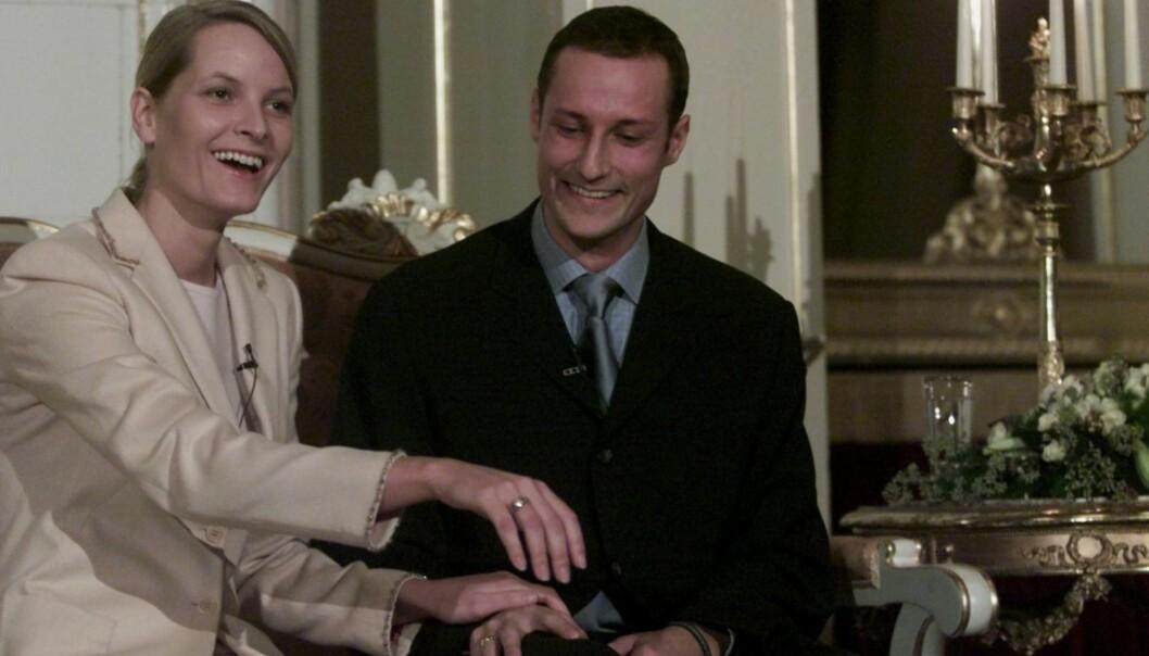 STOR DAG: På en pressekonferanse på Slottet 1. desember 2000 erklærte kronprins Haakon og Mette-Marit Tjessem Høiby sin forlovelse offisielt. Her viser Mette-Marit stolt frem forlovelsesringen. Foto: NTB Scanpix