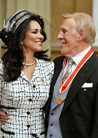 <strong>BLE ADLET:</strong> Bruce Forsyth med kona Wilnelia på Buckingham Palace i 2011 etter å ha blitt adlet av dronning Elizabeth. Foto: NTB Scanpix