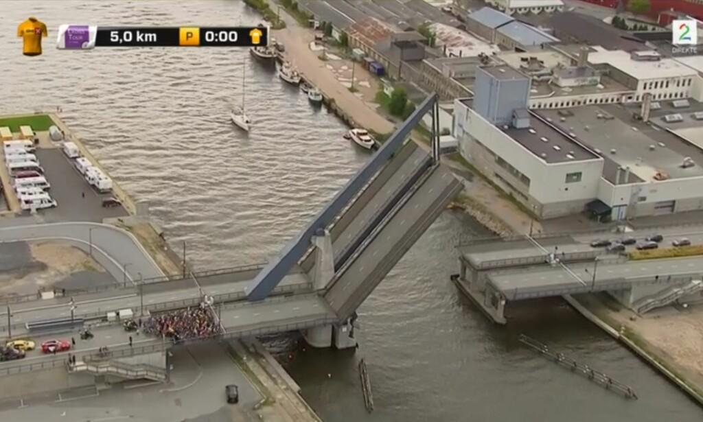STANSET: Rytterne måtte stoppe, og vente til båtene hadde passert under broa. Foto: Skjermdump med tillatelse TV 2