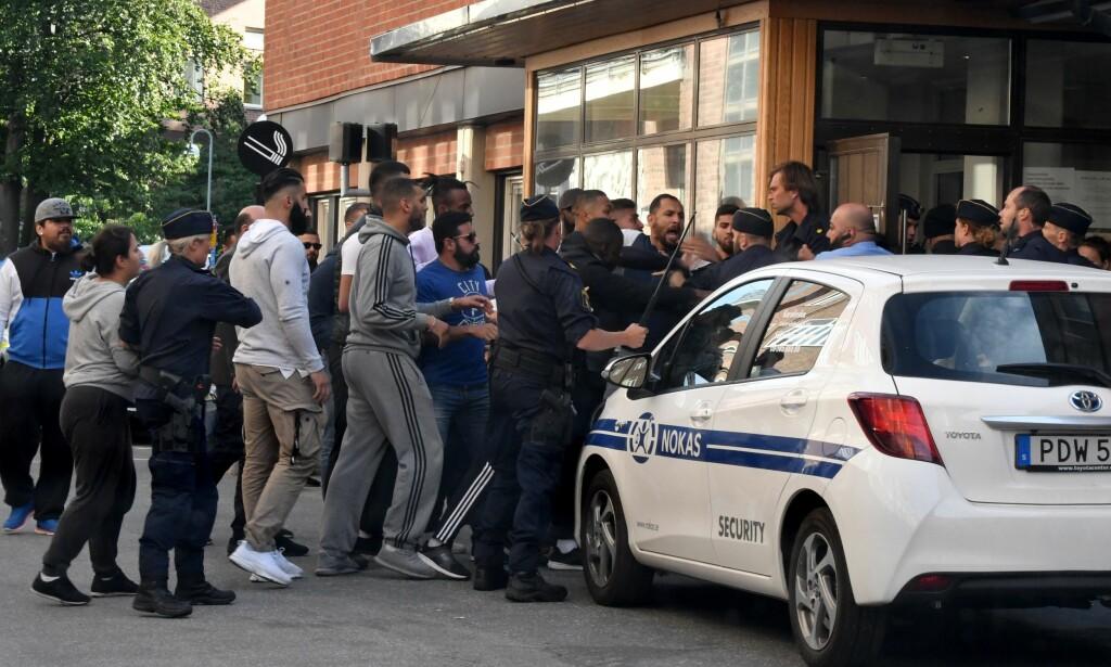 KAOS: Her forsøkte venner og familie av to menn som ble skutt i Österga tirsdag å kjempe seg inn på Karolinska-sykehuset. En 20-åring døde som følge av skadene. Flere skyteepisoder denne uka ha skapt kaos utenfor sykehuset. Politiet må nå rykke ut til akuttmottaket så vel som åstedet, når det kommer meldinger om skudd. Foto: Aftonbladet / IBL