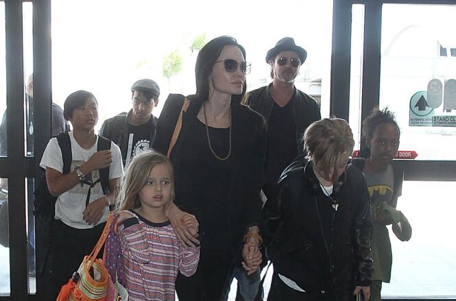<strong>MANGE BARN:</strong> Angelina og Brad har seks barn sammen. Her var den store familien på flyplassen i Los Angeles i 2015. Foto: Splash News