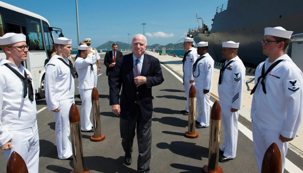 <strong>PÅ BESØK:</strong> Den amerikanske senatoren John McCain besøkte i juni den amerikanske jageren USS John S. McCain i Vietnam. Foto: AFP PHOTO / US EMBASSY IN HANOI / Handout /