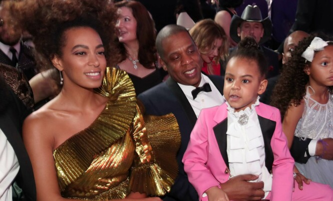 TILSYNELATENDE GOD STEMNING: Solange, Jay Z og datteren Blue Ivy sammen under årets Grammy Awards. Foto: NTB scanpix