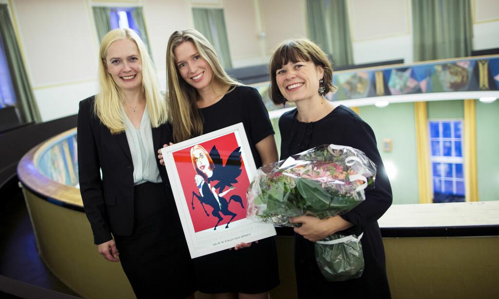FIKK PRIS: Silje Engja Sigurdsen (i midten) fikk Hestenes-prisen, som ble delt ut av Tonje Hardersen, festivalsjef i Haugesund (til venstre) og kulturredaktør Sigrid Hvidsten i Dagbladet. Foto: Haakon Nordvik