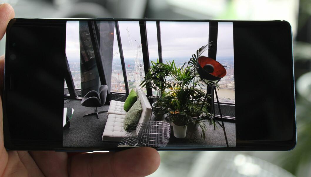 <strong>OVERBEVISENDE EKSPONERING:</strong> Her ser vi tydelig hvordan kameraet har klart å bevare detaljene på utsiden av vinduet, uten at det har gått på bekostning av detaljnivået inne. Foto: Bjørn Eirik Loftås